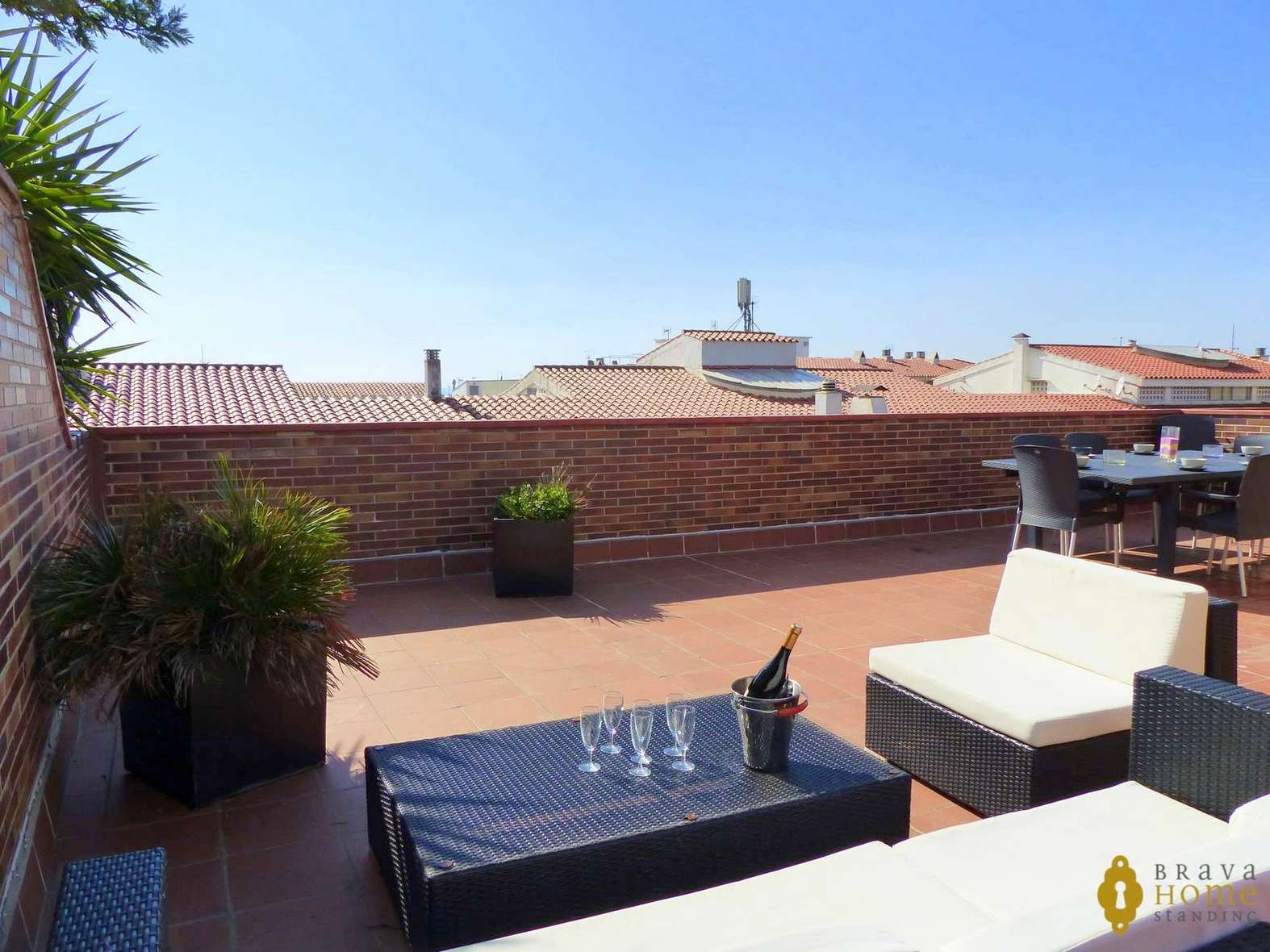 BEAUTIFUL APARTMENT WITH LARGE TERRACE AND POOL FOR SALE IN ROSAS