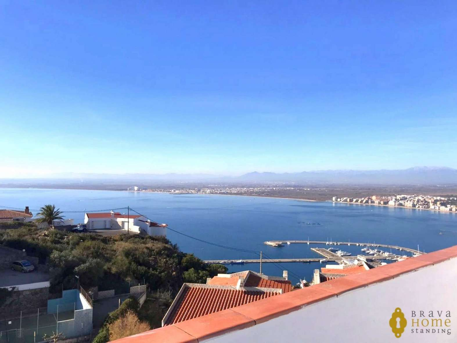 House with a beautiful view of the bay of Rosas, for sale.