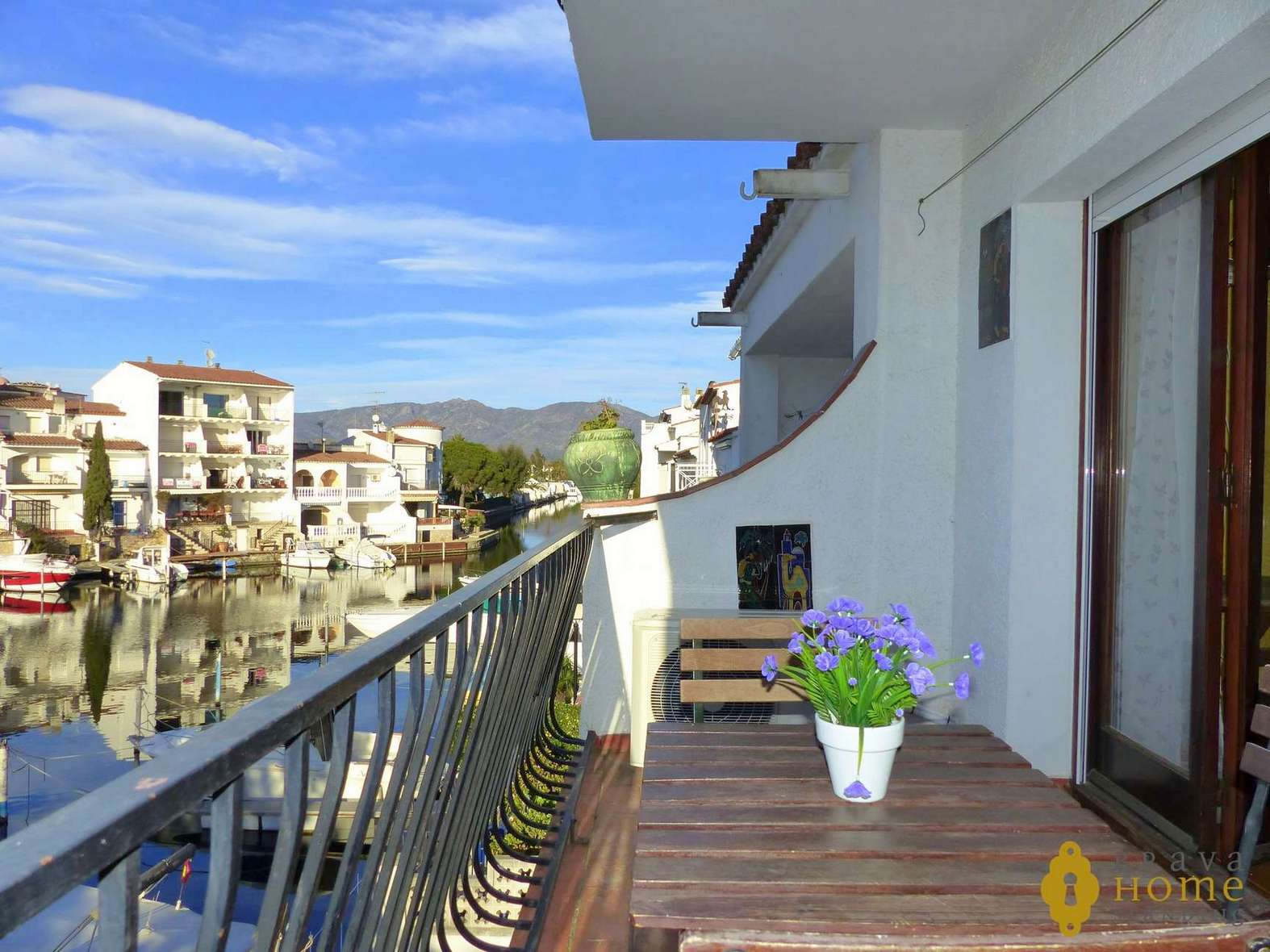 Beautiful apartment overlooking the canal, for sale in Empuriabrava.