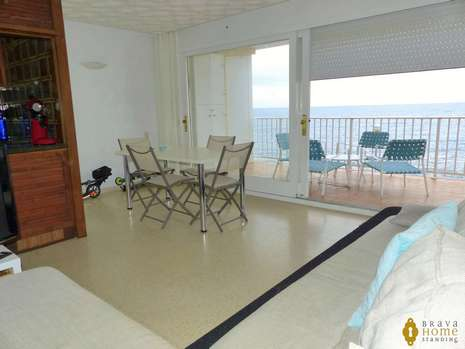 Beautiful apartment in 1rst line of sea with pool for sale in Rosas