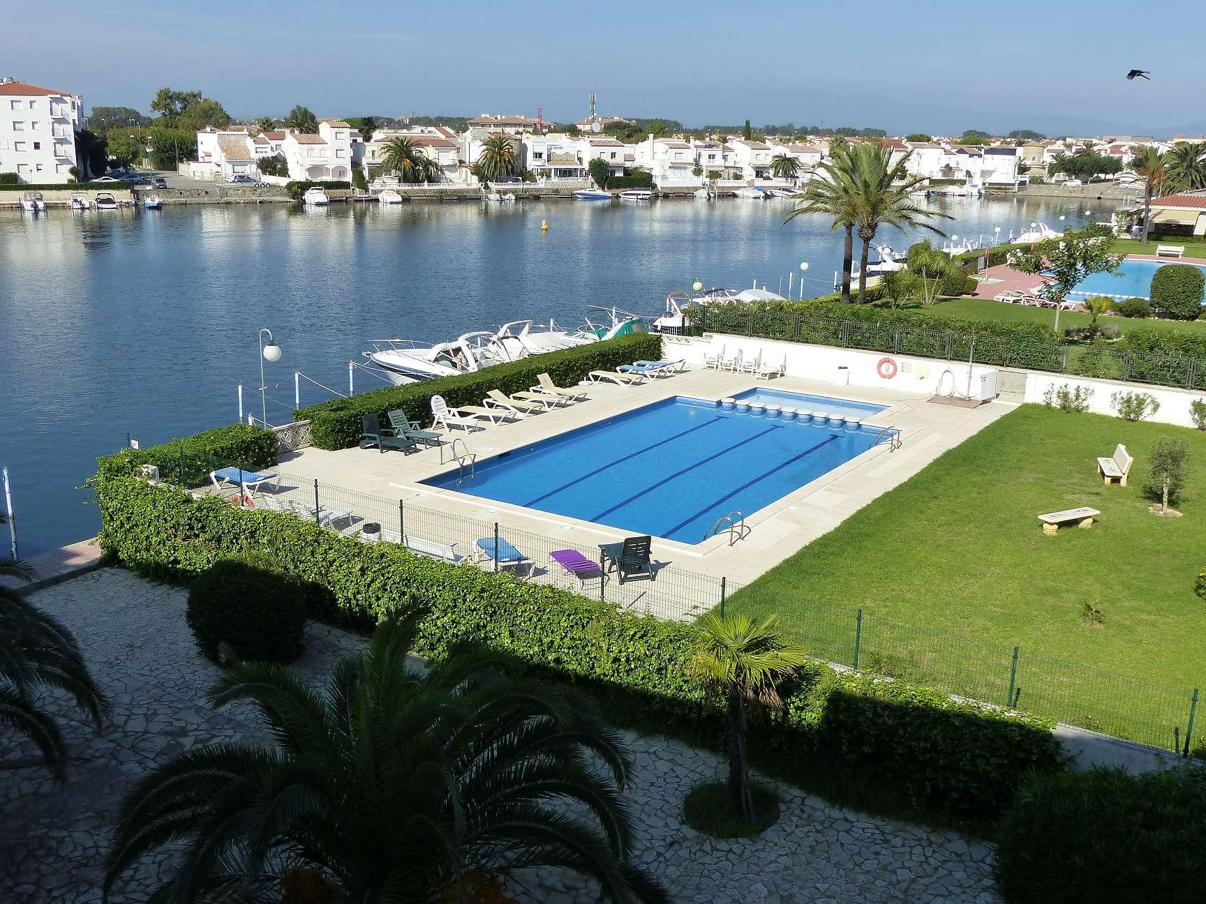 Bel appartement avec piscine et vue sur le canal for Appartement piscine