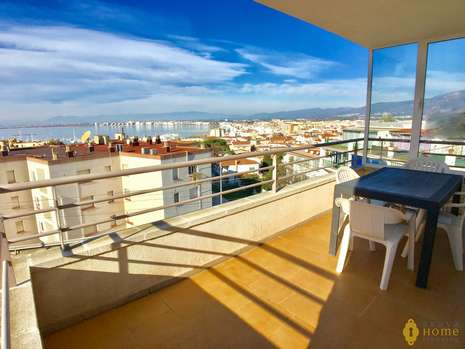 Nice apartment with sea view close to the beach for sale in Rosas