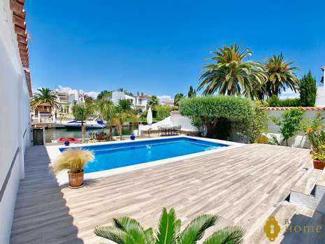 Luxury villa with Pool on a wide canal for sale in Empuriabrava