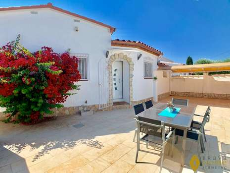 Beautiful fully renovated villa with pool for sale in Empuriabrava