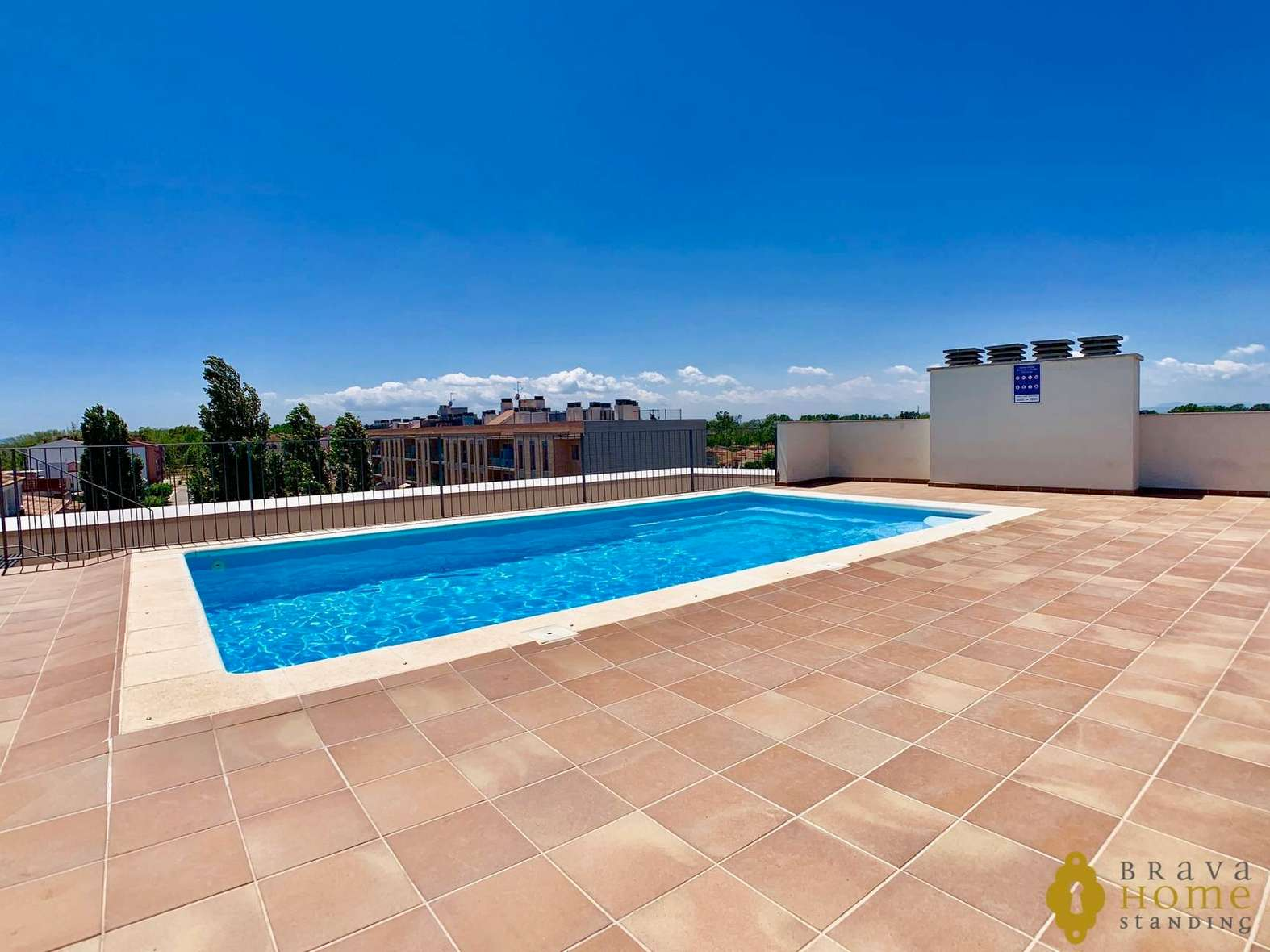 BEAUTIFUL MODERN APARTMENT WITH POOL FOR SALE IN EMPURIABRAVA