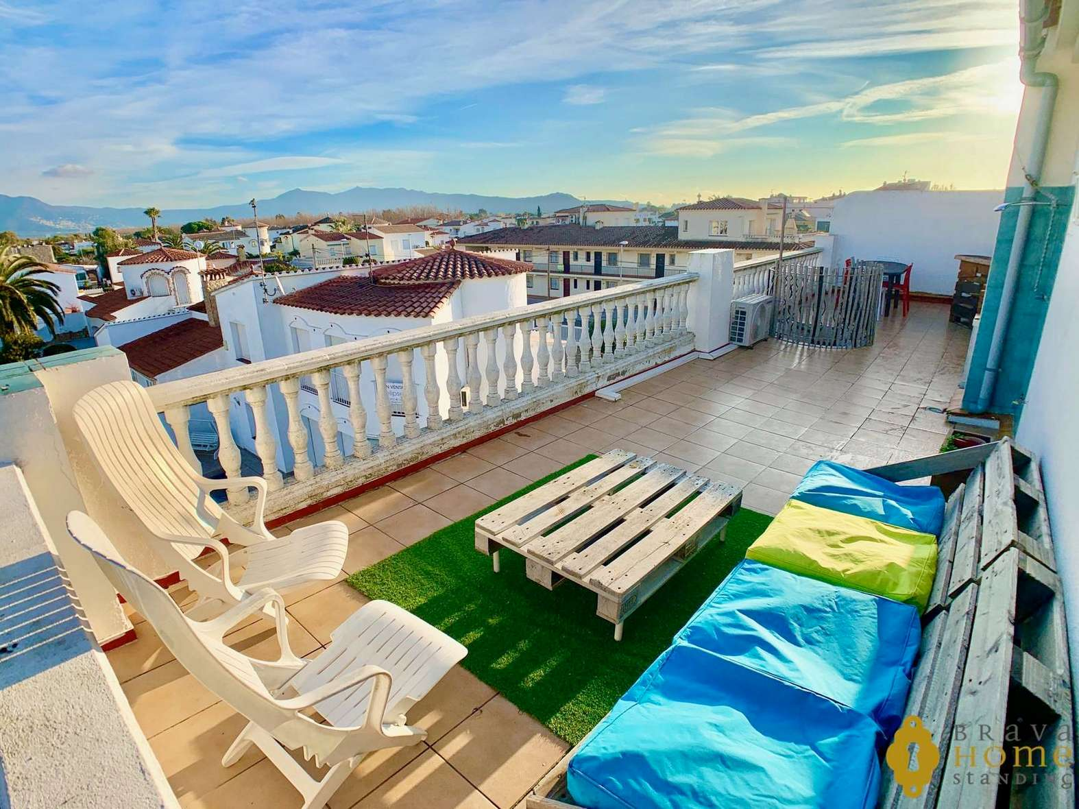 Beautiful apartment with 45m2 terrace and mooring for sale in Empuriabrava