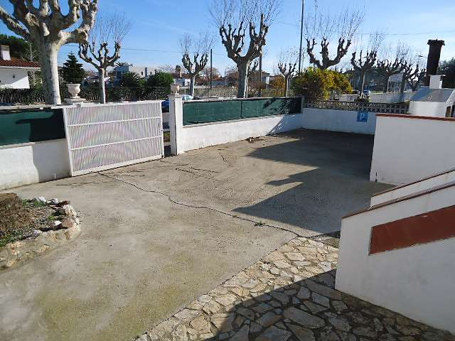 Beautiful house with pool in quiet area for sale in Empuriabrava