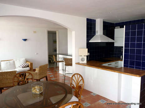 BEAUTIFUL PENTHOUSE WITH SEA VIEW AND MOORING FOR SALE IN ROSAS SANTA MARGARITA