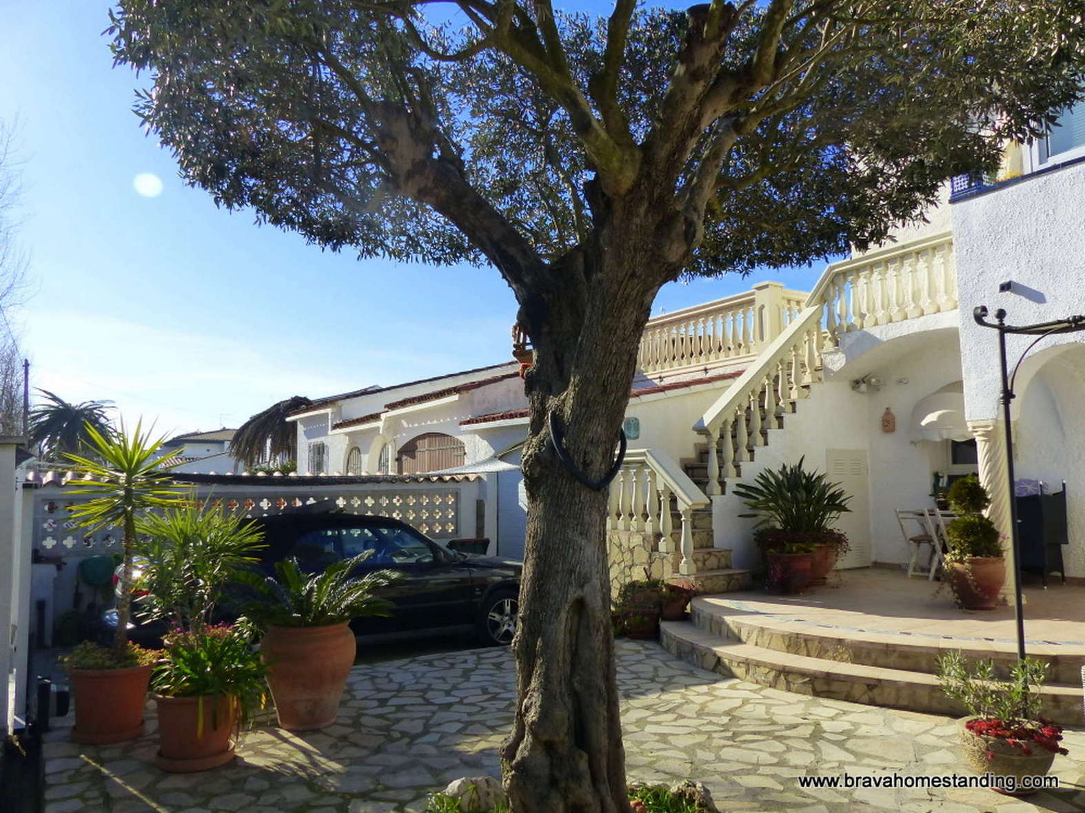 NICE VILLA IN BROAD CANAL FOR SALE IN EMPURIABRAVA