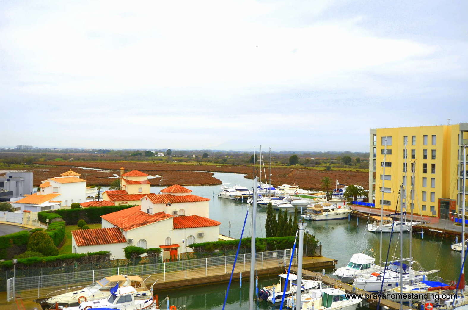 Penthouse with swimming pool and views over the canals for sale in Rosas Santa Margarita