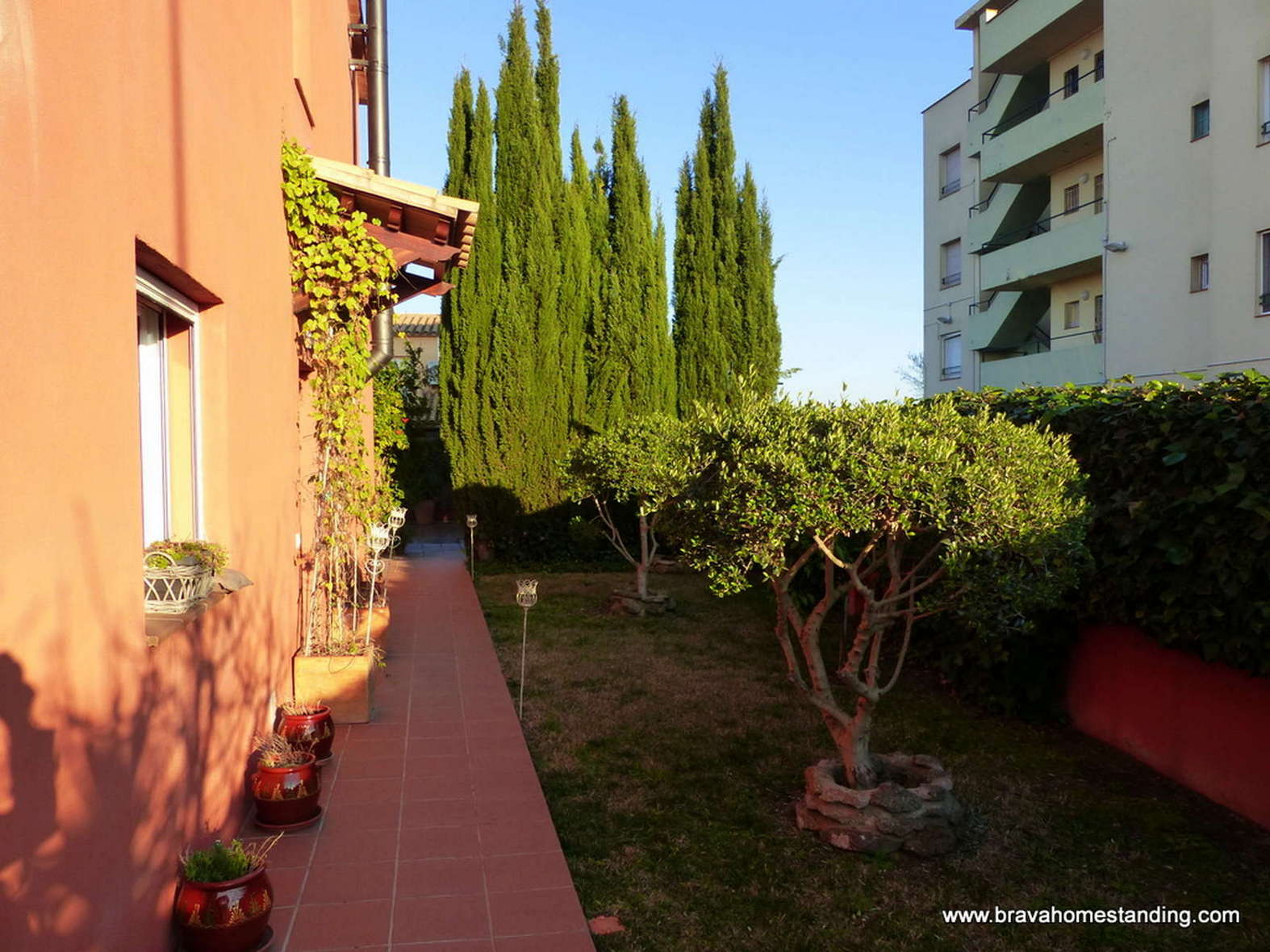 Modern house with garage and swimming pool for sale in Empuriabrava
