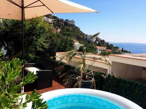 Apartment with sea view, private garden and jacuzzi for sale in Rosas