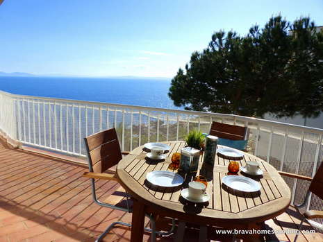Beautiful apartment in first line of sea for sale in Rosas