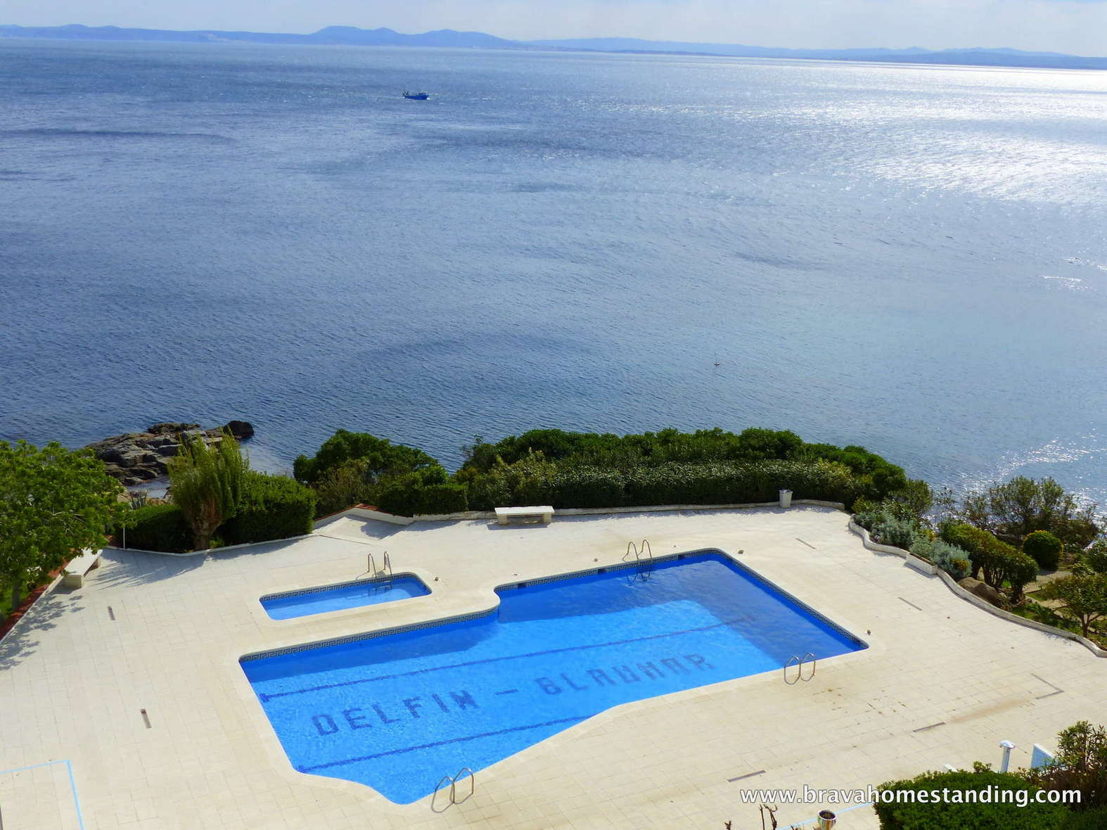 Beautiful renovated apartment in 1st line of sea for sale in Rosas