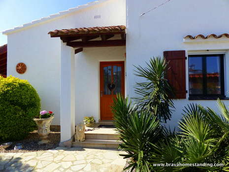 Beauttiful villa with swimming pool for sale in Empuriabrava
