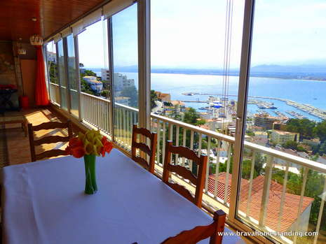 Magnificent apartment with sea view and garage for sale in Rosas